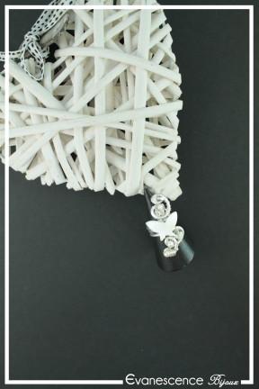 bague-reglable-en-aluminium-kouhai-couleur-argent-et-blanc-sur-fond-noir