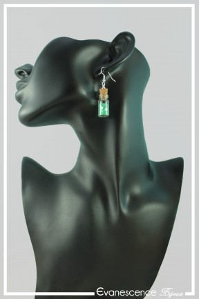 boucles-d-oreilles-fiole-falcon-couleur-vert-etoiles-portees