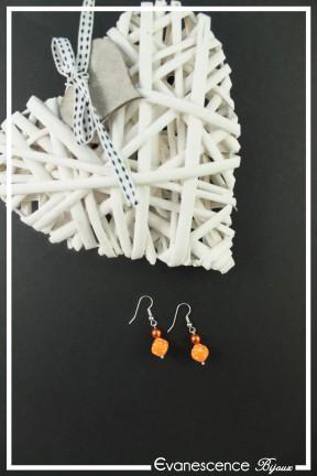 boucles-d-oreilles-sur-clous-garmin-couleur-orange-sur-fond-noir