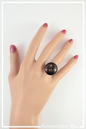 bague-reglable-cabochon-miki-couleur-noir-et-orange-portee