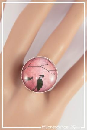 bague-reglable-cabochon-cigogne-couleur-rose-et-noir-portee-zoom