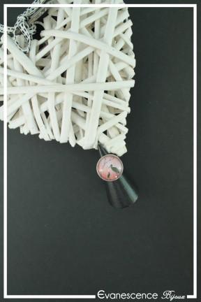 bague-reglable-cabochon-cigogne-couleur-rose-et-noir-sur-fond-noir