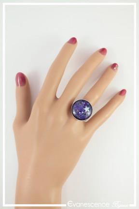 bague-reglable-cabochon-galaxie-couleur-bleu-et-violet-portee