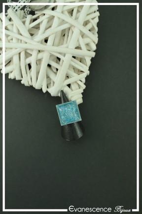 bague-reglable-cachemire-carre-couleur-bleu-et-blanc-fond-noir